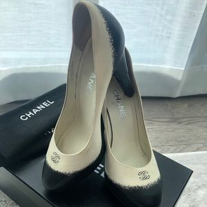 CHANEL pumps white and black size 38 (US 8)